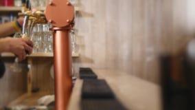 Zakończenie barmanu ` s wręcza dolewania piwo zbiory