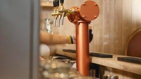 Zakończenie barmanu ` s wręcza dolewania piwo zdjęcie wideo