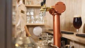 Zakończenie barmanu ` s wręcza dolewania piwo Selekcyjna ostrość zdjęcie wideo