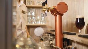 Zakończenie barmanu ` s wręcza dolewania piwo Selekcyjna ostrość zbiory
