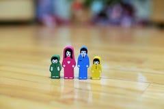 Zakończenie barwić drewniane figurki rodzina z dwa dziećmi na drewnianym podłogowym tle rodzice wpólnie, dzieci dla fotografia royalty free