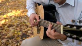 Zakończenie bawić się gitarę oceniać mężczyzna, podczas gdy kobiety chapnąć dotyka obok on zbiory