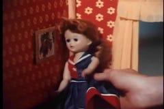 Zakończenie bawić się z lalą w dollhouse dziewczyny ręka zbiory