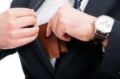 Zakończenie bierze out jego portfel elegancki mężczyzna zdjęcia royalty free