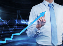 Zakończenie biznesmen który wskazuje out narastającą strzała, która symbolizuje pojęcie sukces obrazy stock