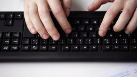 Zakończenie biznesmen up wręcza pisać na maszynie na klawiaturze zbiory