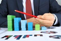 Zakończenie biznesmena budynku diagrama prętowa mapa Przy biurkiem Obrazy Stock