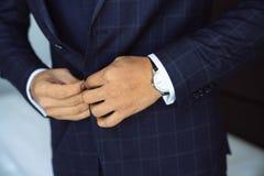 Zakończenie biznesmena fornal jest ubranym jego kurtkę Pojęcie mężczyzna elegancka elegancja odziewa zdjęcie stock