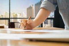Zakończenie biznesowa kobieta pracuje przy biurem obrazy royalty free