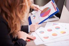 Zakończenie biznesowa kobieta up wręcza poiting przy diagramem obraz royalty free