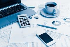 Zakończenie biznesowy miejsce pracy z pieniężnymi raportami i biura st Zdjęcia Royalty Free