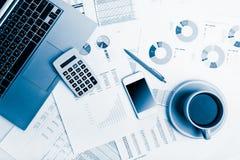Zakończenie biznesowy miejsce pracy z pieniężnymi raportami i biura st Zdjęcie Royalty Free