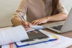 Zakończenie bizneswoman ręki writing notatki Obrazy Royalty Free