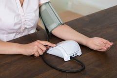Zakończenie bizneswomanu Pomiarowy ciśnienie krwi Obraz Stock