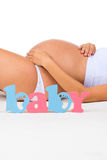 Zakończenie brzuch kobieta w ciąży Etykietki dziecko Rodzaj dziecko: chłopiec, dziewczyna lub bliźniacy? Zdjęcie Stock