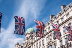 Zakończenie budynek na Regent Ulicznym Londyn z rzędem Brytyjski up zaznacza świętować ślub książe Harry Meghan Markle Zdjęcia Stock