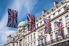 Zakończenie budynek na Regent Ulicznym Londyn z rzędem Brytyjski up zaznacza świętować ślub książe Harry Meghan Markle Zdjęcie Royalty Free