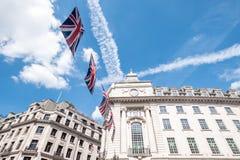 Zakończenie budynek na Regent Ulicznym Londyn z rzędem Brytyjski up zaznacza świętować ślub książe Harry Meghan Markle Zdjęcie Stock