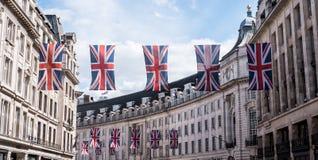 Zakończenie budynki na Regent Ulicznym Londyn z rzędem Brytyjski up zaznacza świętować ślub książe Harry Meghan Markle Zdjęcie Royalty Free