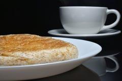 Zakończenie całej banatki chleb na białej naczynia i plamy filiżance Zdjęcia Stock