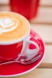zakończenie Cappuccino Przy kawiarnią Zdjęcia Stock