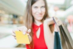 Zakończenie caucasian kobiety ręka trzyma kredytową kartę i torby Obraz Stock