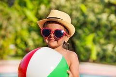 Zakończenie chłopiec trzyma piłkę w kapeluszu i okularach przeciwsłonecznych Fotografia Royalty Free