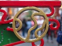 Zakończenie Chińska ornamentacyjna metal brama malująca w złocie, czerwieni i zieleni, obraz royalty free