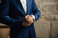 Zakończenie cropped rama mężczyzna w kostiumu drogich klasycznych spojrzeniach przy jego zegarek Biznesmen jest w pośpiechu obrazy stock