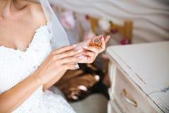 Zakończenie cropped rama panny młodej ` s manicure, tęsk gwoździe Dzień ślubu przygotowanie dziewczyna, dostaje zamężnym zdjęcia royalty free