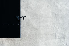 Zakończenie czarna żaluzja na białym tynku up zakrywał ścianę w o zdjęcie stock