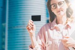 Zakończenie czarny pusty kredyt, biznes, dzwoniący, odwiedzający kartę w ręce młody bizneswoman, stoi outdoors Obraz Royalty Free