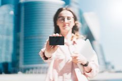 Zakończenie czarny pusty kredyt, biznes, dzwoniący, odwiedzający kartę w ręce młody bizneswoman, stoi outdoors Zdjęcie Stock