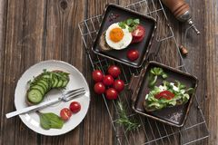 Zakończenie czerwoni czereśniowi pomidory z świeżym śniadaniem na talerzach Obraz Stock