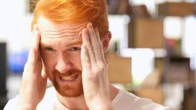 Zakończenie Czerwony Włosiany broda mężczyzna up Stresował się o wydarzeniach, migrena fotografia stock