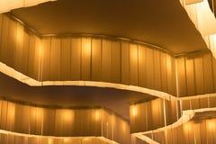 Zakończenie dekoracyjny iluminujący podsufitowy złocistego światła installat Zdjęcia Royalty Free