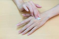 Zakończenie dla ciężkiej pięknej kobiety stosuje na ręka kosmetyka crea Zdjęcie Royalty Free