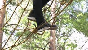 Zakończenie dla w górę mężczyzny na wysokim linowym śladzie w lasowym przygoda parku, krańcowy plenerowego sporta pojęcie zapas M zbiory