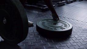 Zakończenie dla w górę waga ciężka talerzy na gym podłodze gotowej używać mężczyzną dla siła treningu Mężczyzna bierze sprawność  zbiory wideo