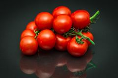 Zakończenie dojrzali czerwoni winogradów pomidory kłama jak winogrona obraz stock