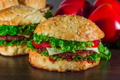 Zakończenie dom zrobił smakowitym hamburgerom na drewnianym stole Fotografia Royalty Free