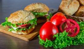Zakończenie dom zrobił smakowitym hamburgerom na drewnianym stole Obraz Royalty Free