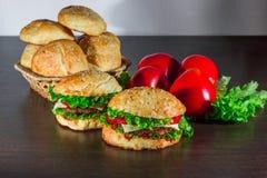 Zakończenie dom zrobił smakowitym hamburgerom na drewnianym stole Zdjęcie Royalty Free