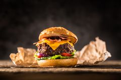 Zakończenie dom zrobił wołowina hamburgerowi na drewnianym stole Obrazy Stock