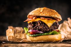 Zakończenie dom zrobił wołowina hamburgerowi na drewnianym stole Zdjęcie Stock