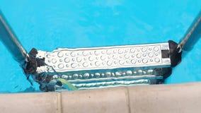 Zakończenie drabina w pływackim basenie, letni dzień zbiory
