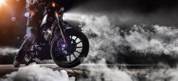 Zakończenie duża moc motocyklu siekacz z mężczyzna jeźdzem przy nigh fotografia stock