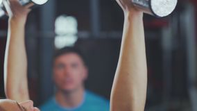 Zakończenie dumbbells w rękach kobiety barwnik urządzeń sportowych na ilustracyjna wody zbiory