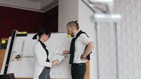 Zakończenie dwa architekta który dyskutują pracę na budowie prywatny dom zbiory wideo