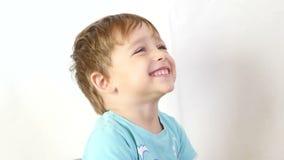 Zakończenie dziecko który ono uśmiecha się przy zwalniającym tempem Dziecko pokazuje radość i dużego uśmiech zdjęcie wideo